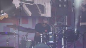 Räkningsmusikband Musikern spelar tangentborden En konsert av popgruppen Ryssland Berezniki 14 Juli 2018 lager videofilmer