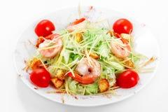 Räkor för Caesar sallad, isberggrönsallat, parmesanost, Caesar sås, räka arkivfoto
