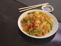 R?kor med Cantonese stil f?r ris och f?r gr?nsaker p? en vit platta med soya fotografering för bildbyråer