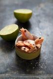 Räkor med limefrukt Arkivfoton