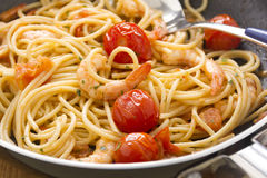 Räkor och spagetti i panna Royaltyfria Bilder