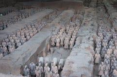 Ränge von Terrakotta-Kriegern nahe der Stadt von Xian in China lizenzfreie stockbilder