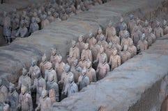 Ränge von Terrakotta-Kriegern nahe der Stadt von Xian in China stockfotos