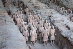 Ränge von Terrakotta-Kriegern nahe der Stadt von Xian in China stockbild