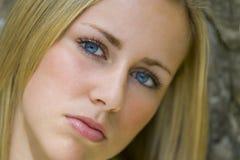 Rätselhafte Blondine lizenzfreie stockfotografie