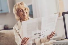 Rätselhafter Pensionär, der zu Hause auf ihrem Sofa sitzt stockfoto