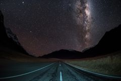 Rätt för galax för Vintergatan för bild för natthimmel i mitt av en väg royaltyfri bild