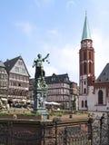 Rättvisa Fountain på Roemerberg, Frankfurt - f.m. - strömförsörjning Arkivfoto