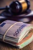 Rättvisa- och europengar begreppsmässig valutaeuro för sedlar femtio fem tio Domstolauktionsklubba och rullande eurosedlar Framst Royaltyfri Fotografi
