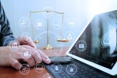 Rättvisa och lagbegrepp Manlig advokat i regeringsställning med jämvikten b Arkivfoton
