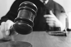 Rättvisa och lagbegrepp Manlig domare i en rättssal med auktionsklubban Royaltyfria Foton