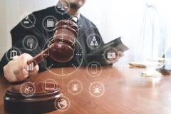 Rättvisa och lagbegrepp Manlig domare i en rättssal med auktionsklubban Royaltyfria Bilder