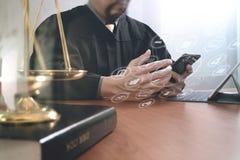 Rättvisa och lagbegrepp Manlig domare i en rättssal med auktionsklubban Royaltyfri Bild