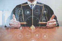 Rättvisa och lagbegrepp Manlig domare i en rättssal med det balan Arkivfoto