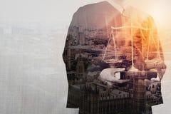 Rättvisa och lagbegrepp Manlig domare i en rättssal med det balan stock illustrationer