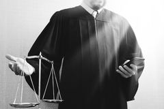 Rättvisa och lagbegrepp Manlig domare i en rättssal med det balan royaltyfria bilder