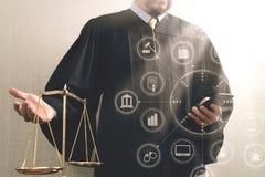 Rättvisa och lagbegrepp Manlig domare i en rättssal med det balan Arkivbild