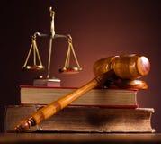 Rättvisa Scale och auktionsklubba, omgivande ljust livligt tema royaltyfria foton