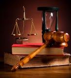 Rättvisa Scale och auktionsklubba, omgivande ljust livligt tema arkivbild
