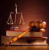 Rättvisa Scale och auktionsklubba, omgivande ljust livligt tema royaltyfria bilder