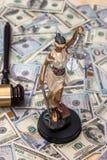 Rättvisa Scale och trähammare på dollar arkivbild