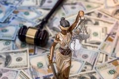 Rättvisa Scale och trähammare på dollar fotografering för bildbyråer