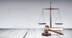 Rättvisa Scales och böcker Arkivbild
