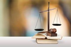 Rättvisa Scales och böcker Arkivfoto
