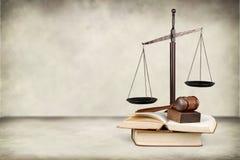 Rättvisa Scales och böcker Royaltyfri Bild