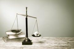 Rättvisa Scales och böcker på trätabellen Fotografering för Bildbyråer