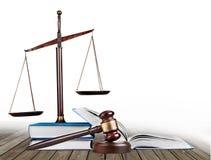 Rättvisa Scales och böcker och träauktionsklubba på tabellen Royaltyfri Fotografi