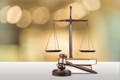 Rättvisa Scales och böcker och träauktionsklubba på tabellen Royaltyfria Bilder
