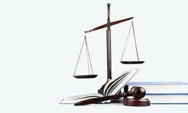 Rättvisa Scales och böcker och träauktionsklubba på tabellen Arkivbilder