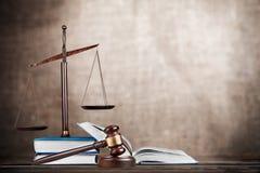 Rättvisa Scales och böcker och träauktionsklubba på tabellen Royaltyfri Foto