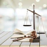 Rättvisa Scales och böcker och träauktionsklubba på tabellen Arkivfoto