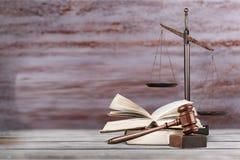 Rättvisa Scales och böcker och träskrivbord royaltyfri bild