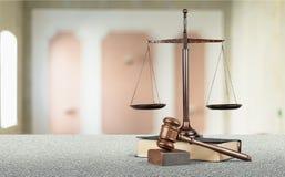 Rättvisa Scales och bok och träauktionsklubba på tabellen Royaltyfria Foton