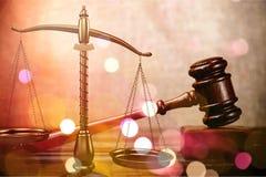 Rättvisa Scales och träauktionsklubba framför den guld- rättvisasockeln för begreppet 3d scalen Fotografering för Bildbyråer