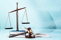 Rättvisa Scales och träauktionsklubba framför den guld- rättvisasockeln för begreppet 3d scalen Royaltyfri Foto
