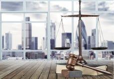Rättvisa Scales och träauktionsklubba framför den guld- rättvisasockeln för begreppet 3d scalen Arkivbild