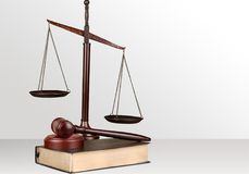 Rättvisa Scales och träauktionsklubba framför den guld- rättvisasockeln för begreppet 3d scalen Arkivbilder