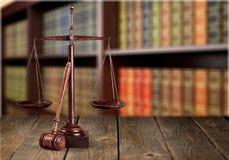 Rättvisa Scales och träauktionsklubba framför den guld- rättvisasockeln för begreppet 3d scalen Royaltyfria Bilder