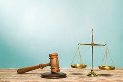 Rättvisa Scales och träauktionsklubba på trätabellen Arkivfoto