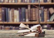 Rättvisa Scales och träauktionsklubba på trätabellen Royaltyfria Bilder