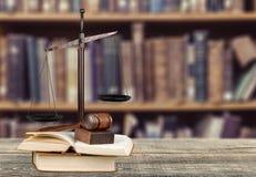 Rättvisa Scales och träauktionsklubba på trätabellen Royaltyfri Bild