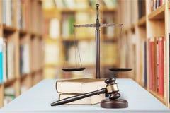 Rättvisa Scales och träauktionsklubba på trätabellen Arkivbild