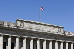 Rättvisabyggnad och flagga royaltyfri foto