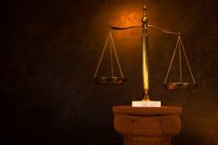 Rättvisaskala på grekisk kolonn Royaltyfria Bilder