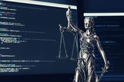 Rättvisastaty med kod på skärmen i bakgrund Fotografering för Bildbyråer