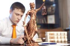 Rättvisastaty och advokat Arkivbilder